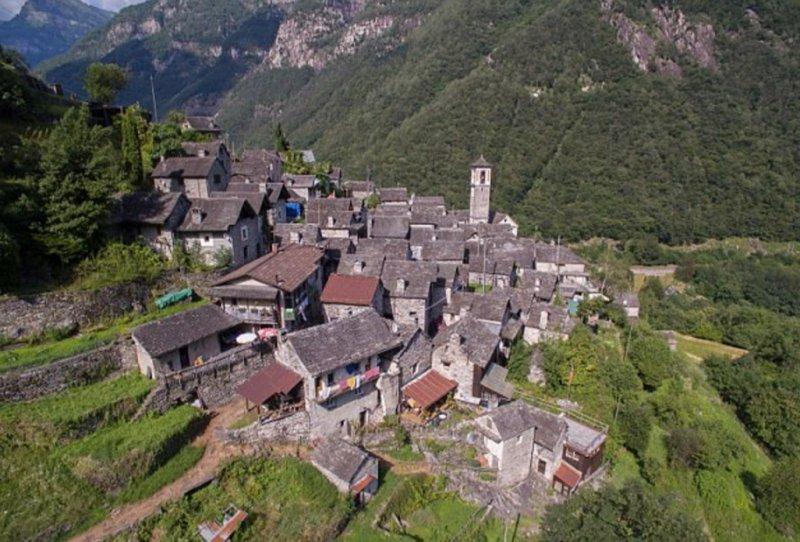 Perierga.gr - Ελβετικό χωριό θα γίνει ξενοδοχειακό συγκρότημα