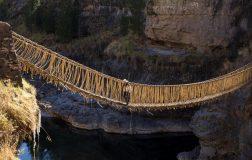 Perierga.gr - Μια γέφυρα που κατασκευάζεται κάθε χρόνο από γρασίδι!