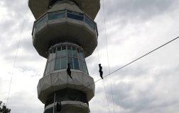Perierga.gr - Εντυπωσιακή καταρρίχηση από τον Πύργο του ΟΤΕ στα πλαίσια της ΔΕΘ