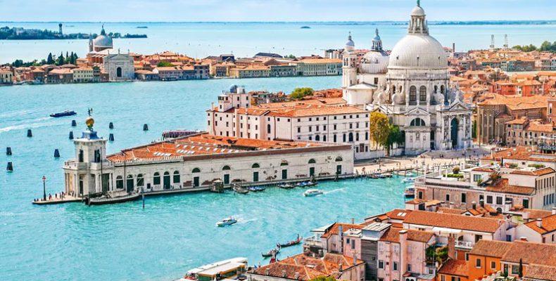 Perierga.gr - Βενετία: Έρχονται πρόστιμα για τουρίστες που κάθονται στο έδαφος;
