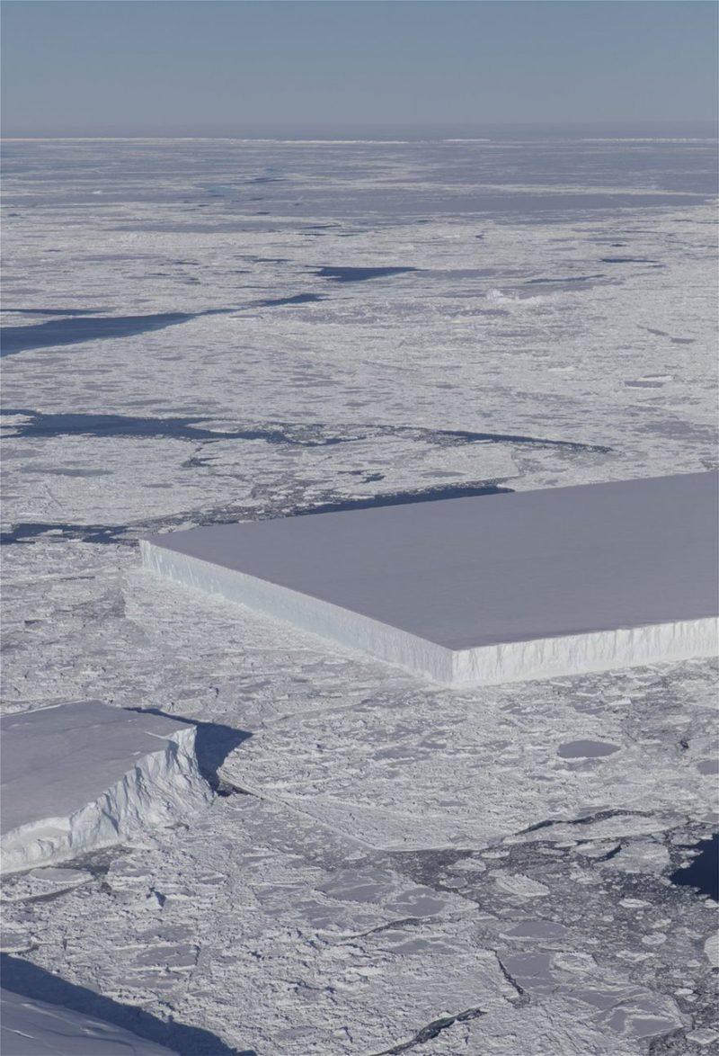 Perierga.gr - Εντυπωσιακό! Παγόβουνο με τέλειο ορθογώνιο σχήμα