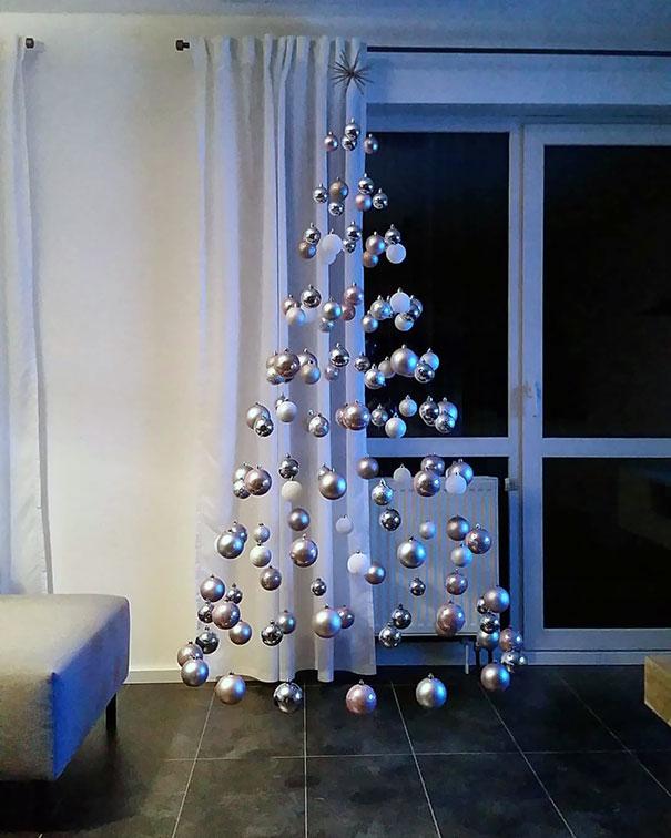 Perierga.gr - Το πιο μίνιμαλ χριστουγεννιάτικο δέντρο... δεν είναι δέντρο