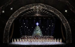 Perierga.gr - Ένα εντυπωσιακό χριστουγεννιάτικο σόου με 1100 κοστούμια και 100 drones!