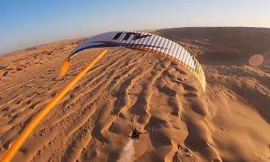 """""""Ταξιδεύοντας"""" πάνω από την έρημο με αλεξίπτωτο"""