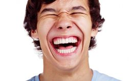 Perierga.gr - Το αίνιγμα του γέλιου: Τι κάνει 30 φορές πιο πιθανό να γελάσουμε