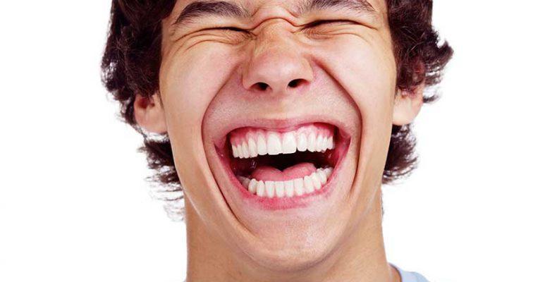 Το αίνιγμα του γέλιου: Τι κάνει 30 φορές πιο πιθανό να γελάσουμε