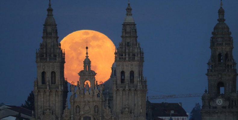 Perierga.gr - Το φεγγάρι του φεγγαριού το φεγγάρι είναι το μεγαλύτερο και φωτεινότερο σούπερ-φεγγάρι της χρονιάς, φωτίζοντας τους νυχτερινούς ουρανούς σε ολόκληρο τον πλανήτη δίνοντας στους αστρολόγους μια ουράνια απόλαυση. Φαίνεται φωτεινότερο και μεγαλύτερο από τα άλλα γεμάτα φεγγάρια, επειδή είναι κοντά στο περιβό του, το πιο κοντινό σημείο στην τροχιά του προς τη Γη