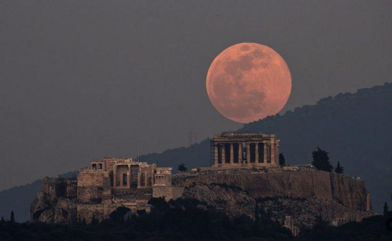 Perierga.gr - Θεαματικές φωτογραφίες με φόντο το φεγγάρι