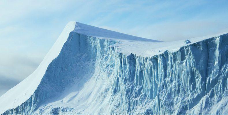 Perierga.gr - Κίνδυνος για την αποκόλληση παγόβουνου... γίγαντα