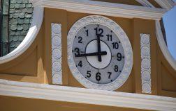 Perierga.gr - Το βολιβιανό ρολόι του οποίου οι δείκτες κινούνται αριστερόστροφα