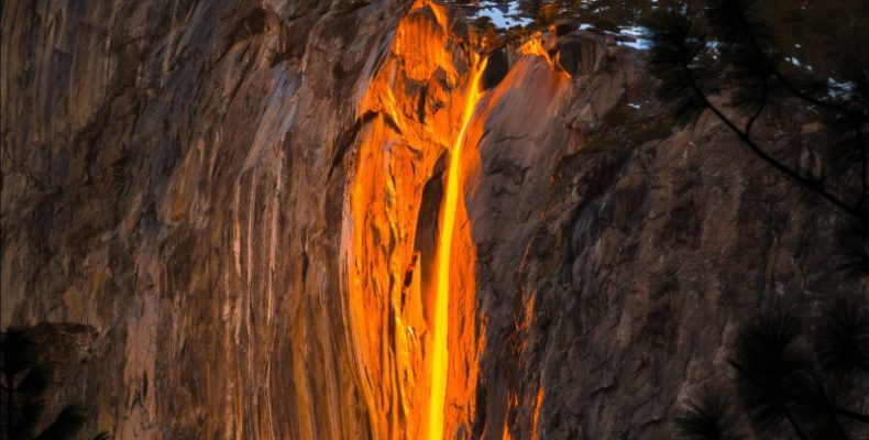Perierga.gr - Το σπάνιο φαινόμενο του καταρράκτη της φωτιάς άκρως εντυπωσιακό και φέτος