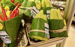 Perierga.gr - Λαχανικά σε σουπερμάκρετ τυλιγμένα με φύλλα δέντρων αντί για πλαστικό!