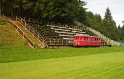 Perierga.gr - Τρένο περνά μέσα από γήπεδο ποδοσφαίρου!