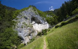 Perierga.gr - Κάστρο χτισμένο στην είσοδο σπηλιάς