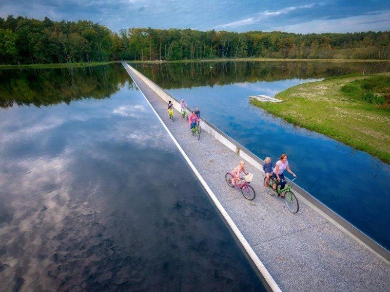 Perierga.gr - Κάνοντας ποδήλατο... στο βυθισμένο μονοπάτι!