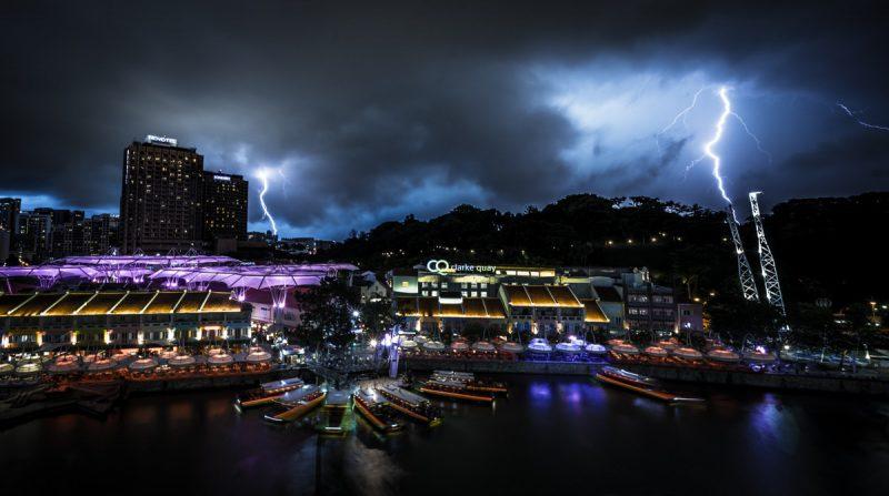 Periergagr - Ουρανοξύστες με φόντο τα σύννεφα και τις αστραπές