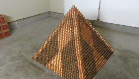 Perierga.gr - Θέλει να σπάσει ρεκόρ κατασκευάζοντας τη μεγαλύτερη πυραμίδα από κέρματα