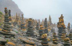 Perierga.gr - Παραλία γεμάτη με πύργους από πέτρα