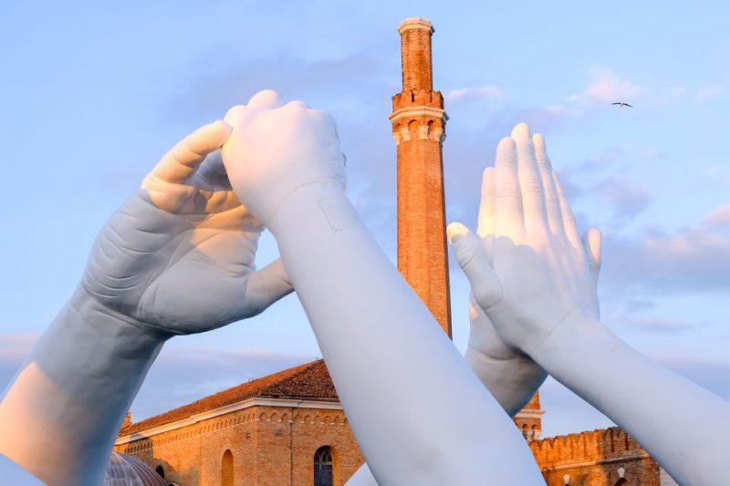 Perierga.gr - Το νέο εντυπωσιακό γλυπτό της Βενετίας... γιγαντιαία χέρια που προωθούν την ενότητα