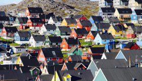 Perierga.gr - Τι σηματοδοτούν τα πολύχρωμα κτήρια της Γροιλανδίας;