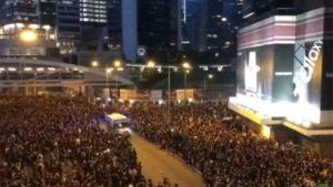 Χονγκ Κονγκ: Ασθενοφόρο διασχίζει διαδήλωση σε... δευτερόλεπτα!