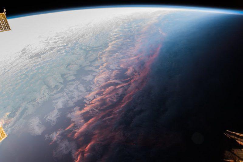 Perierga.gr - Το ηλιοβασίλεμα από το διάστημα: Το όριο ανάμεσα στο σκοτάδι και στο φως