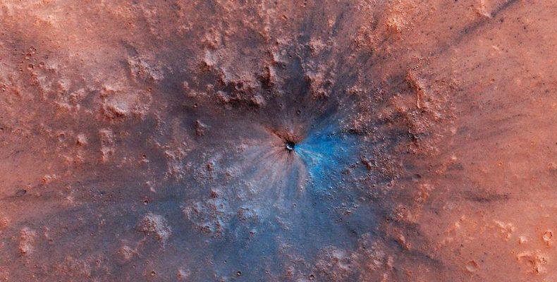 Perierga.gr - Κρατήρας με εντυπωσιακά χρώματα εμφανίστηκε στην επιφάνεια του Άρη