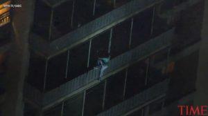 Κατέβηκε 19 ορόφους σαν... Σπάιντερμαν για να αποφύγει πυρκαγιά