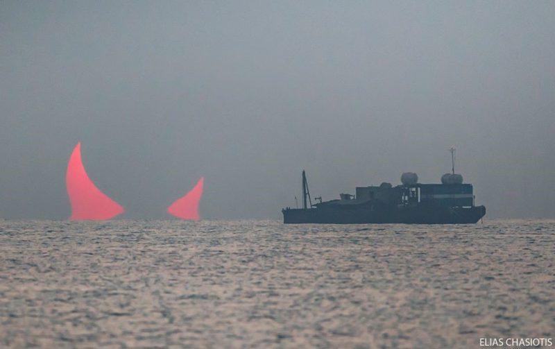 Perierga.gr - Τα κέρατα του διαβόλου: Μοναδικό κλικ Έλληνα φωτογράφου κατά την ανατολή του Ηλίου ενώ γίνεται έκλειψη