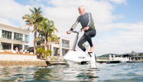 Perierga.gr - Ηλεκτρικό ποδήλατο σου επιτρέπει να επιπλέεις στο νερό