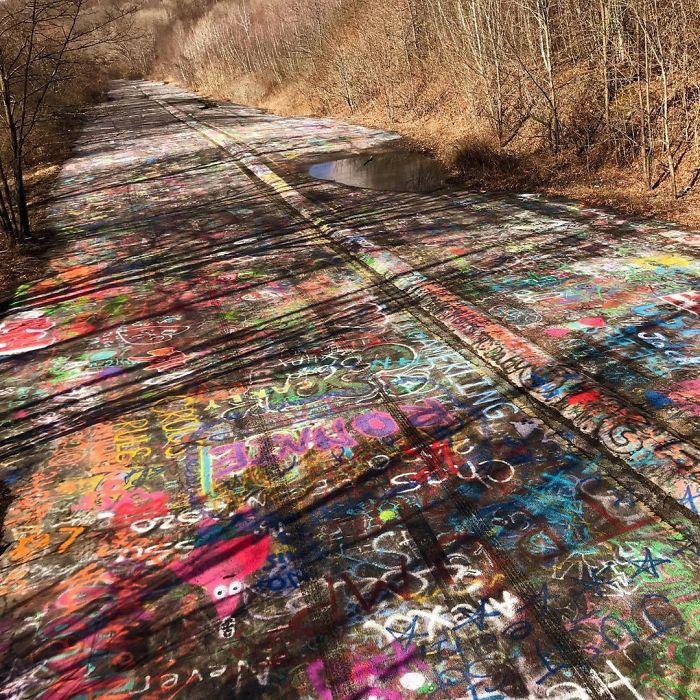 Perierga.gr - Δρόμος καλυμμένος με γκράφιτι