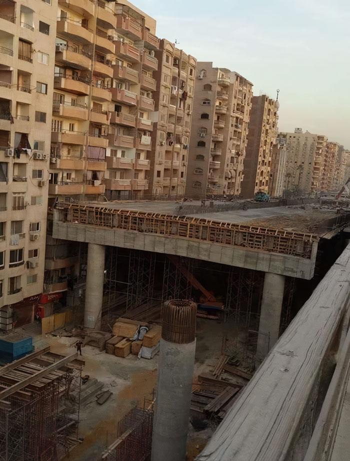 Perierga.gr - Γέφυρα χτίζεται σε απόσταση 50 εκατοστών από πολυκατοικίες!