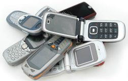 Perierga.gr - Άνδρας έχει στην κατοχή του 2,371 κινητά τηλέφωνα