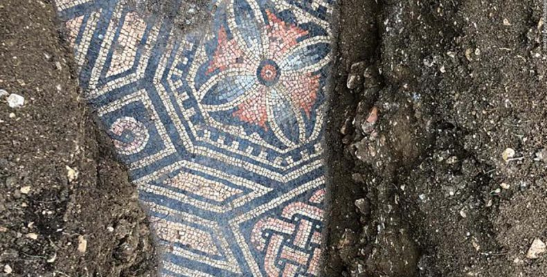 Perierga.gr - Ιταλία: Εντυπωσιακό ρωμαϊκό ψηφιδωτό εντοπίστηκε κάτω από αμπελώνα