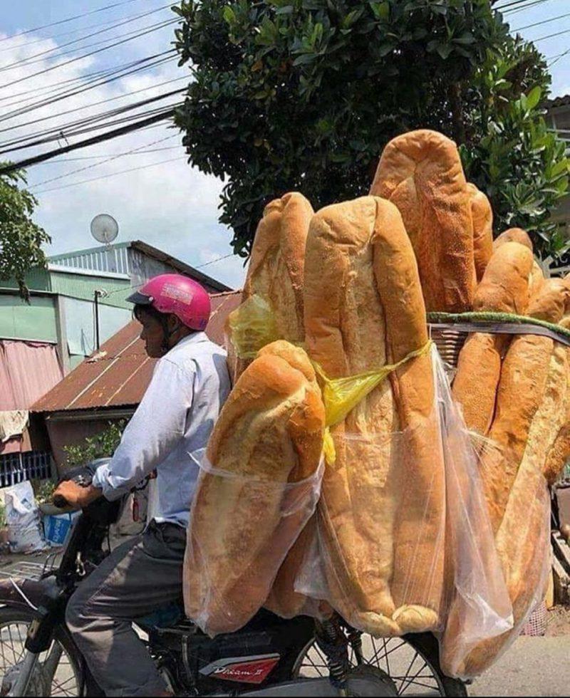 Perierga.gr - Τεράστιο καρβέλι ψωμιού μήκους ενός μέτρου!