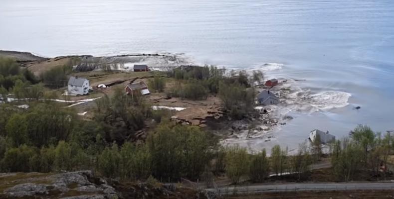 """Perierga.gr - Συγκλονιστικό βίντεο - Το έδαφος """"κόπηκε"""" στα δυο σε ακτή της Νορβηγίας"""