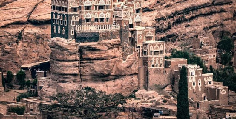 Perierga.gr - Παλάτι χτισμένο πάνω σε βράχο από το 1920