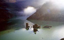 Perierga.gr - Φάμπρικα ντι Καρέτζινε: Το απόκοσμο χωριό της Ιταλίας που αναδύεται κάθε δέκα χρόνια
