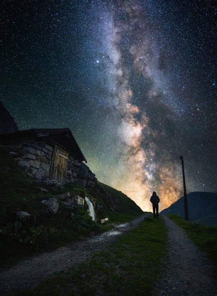 Perierga.gr - Κάτω από το νυχτερινό ουρανό...